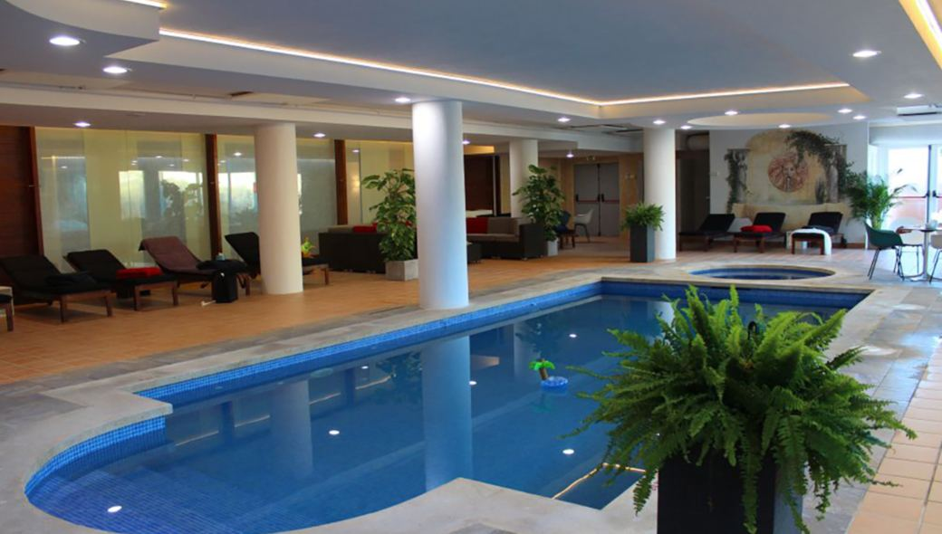 Indoor Pool mit Whirlpool