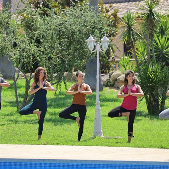 Yoga am Pool