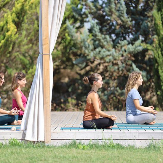 Yogagruppe auf der Plattform